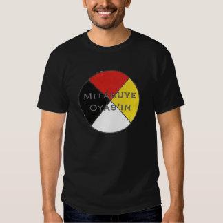 Les couleurs foncées Lakota des hommes de Mitakuye T-shirt