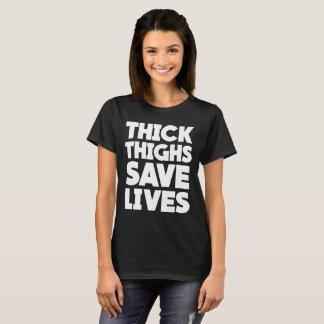 Les cuisses épaisses sauvent le T-shirt accroupi
