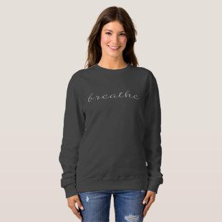 Les femmes respirent le sweatshirt dans le gris