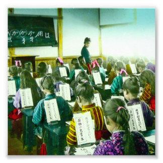 Les filles instruisent dans la vieille salle de impression photo