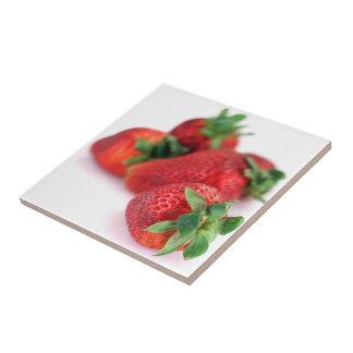Les fraises se ferment vers le haut des tuiles de  petit carreau carré