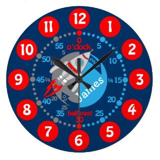 Les garçons d'enfants apprennent à dire à temps grande horloge ronde