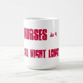 Les infirmières le font toute la nuit ! mug