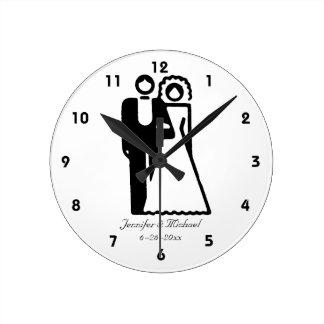 Les jeunes mariés silhouettent le mariage horloge ronde