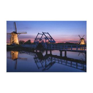 Les moulins à vent et un pont-levis à la toile de