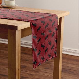 Les orignaux silhouettent sur le rouge chemin de table moyen
