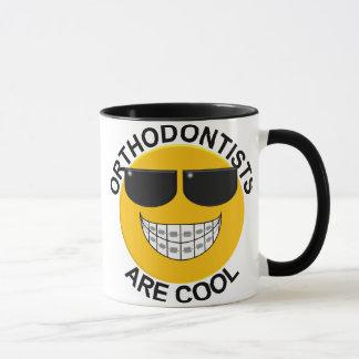 Les orthodontistes sont tasse de café souriante
