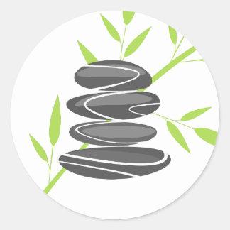 Les pierres de caillou de zen empilent des sticker rond