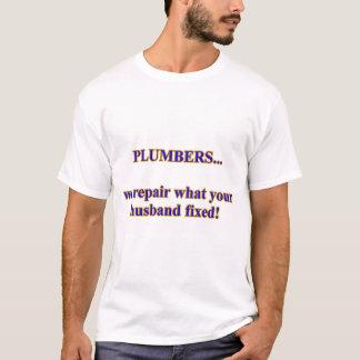 Les plombiers mettant d'aplomb la difficulté de t-shirt