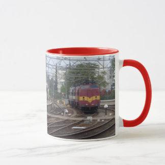 Les trains de voyageurs arrivant à la station, mug