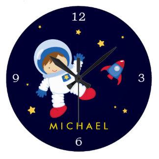 L'espace de garçon d'astronaute orienté grande horloge ronde