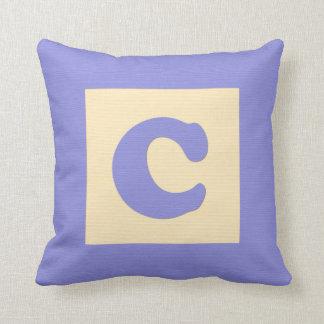 Lettre C de carreau de bloc constitutif de bébé Coussin Décoratif
