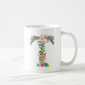 Lettre florale T de tasse de café d'initiale de