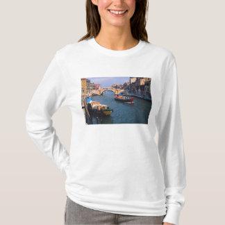L'Europe, Italie, Venise. Bateaux apportant dedans T-shirt