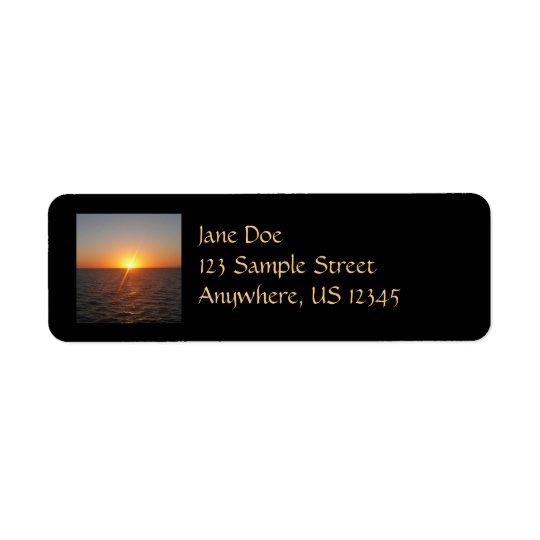 Lever de soleil au paysage marin d'horizon d'océan étiquettes d'adresse retour