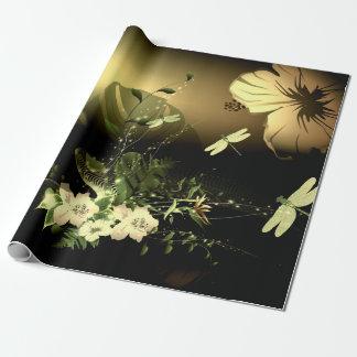 Libellule avec des fleurs papier cadeau