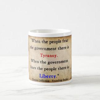 Liberté au-dessus de tyrannie mug
