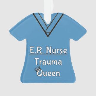 L'infirmière d'ER frotte l'ornement