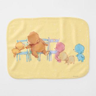 Linge De Bébé Grands ours de Brown et chaises de la part quatre