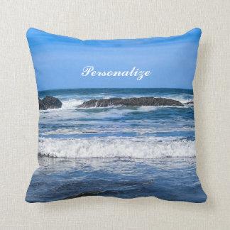 L'océan pacifique bleu avec le nom coussin