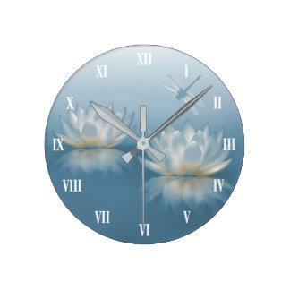 Lotus bleu et horloge murale de libellule