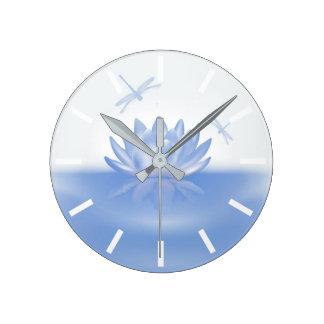 Lotus bleu et horloge murale de libellules