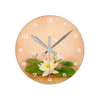 Lotus et horloge murale de grunge de libellule