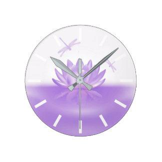Lotus pourpre et horloge murale de libellules