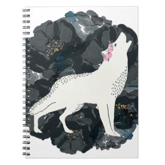Loup blanc sur le carnet noir de roses