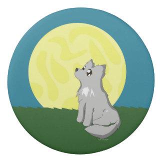 Loup délabré mignon avec la gomme de lune