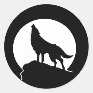 Loup hurlant avec un autocollant rond de pleine
