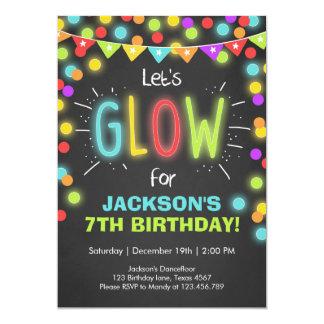 Lueur au néon dans l'invitation foncée carton d'invitation  12,7 cm x 17,78 cm