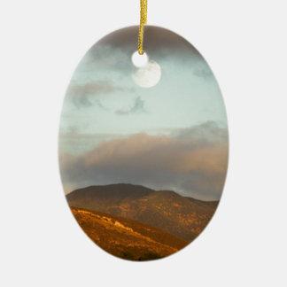 Lune au-dessus des vignobles ornement ovale en céramique