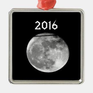 Lune superbe avec l'avion passant/personnalisable ornement carré argenté