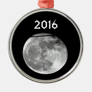 Lune superbe avec l'avion passant/personnalisable ornement rond argenté