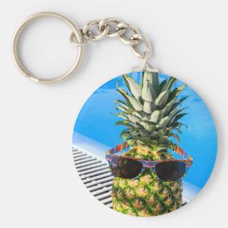 Lunettes de soleil de port d'ananas à la piscine porte-clés