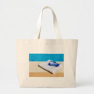 Lunettes et serviette de natation près de piscine grand tote bag
