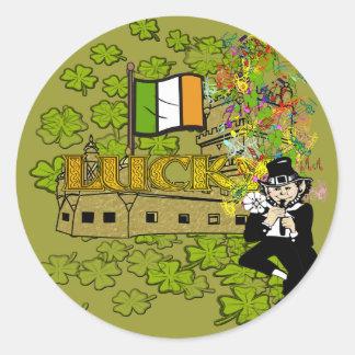 Lutin chanceux avec son château irlandais sticker rond