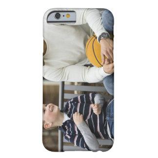 M. homme (âge 25) et garçon (âge 6) se reposant coque barely there iPhone 6