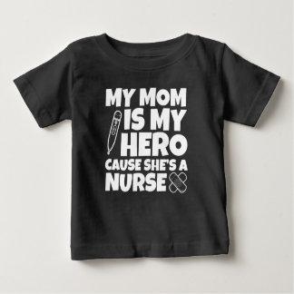 Ma maman est ma cause de héros qu'elle est un bébé t-shirt pour bébé