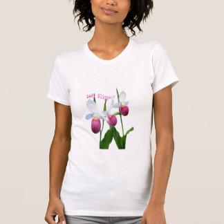 Madame pantoufles sur un T-shirt
