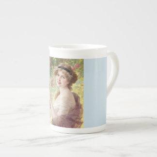 Madame With une tasse de porcelaine tendre de