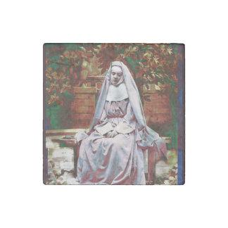 Magnet En Pierre Nonne française dans le jardin de la contemplation
