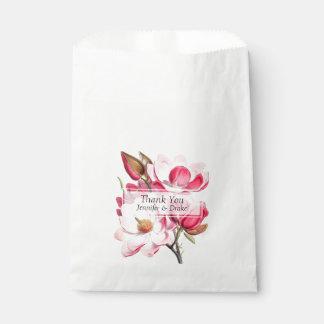 Magnolias roses épousant le sac de faveur sachets en papier