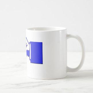 main de point clé sur la tasse