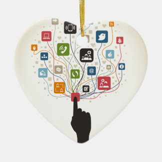Main sur le bouton ornement cœur en céramique