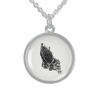 Mains et collier de prière de papillons