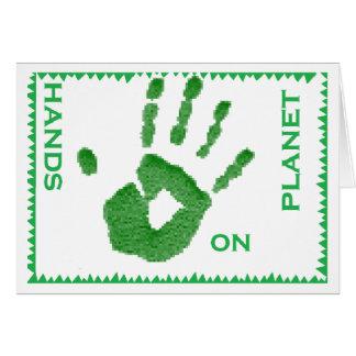 mains sur des cartes de voeux de planète
