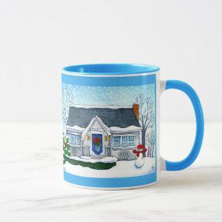 Maison mignonne de Noël avec la tasse de bonhomme