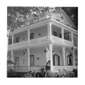 Maison victorienne dans noir et le blanc petit carreau carré